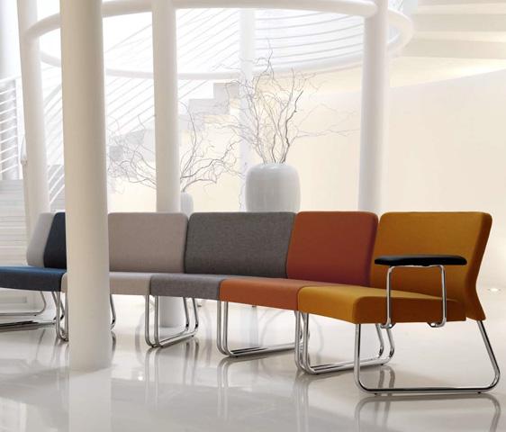Poltroncine colorate dal design innovativo per l 39 area for Arredo stand area