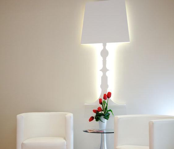 Li particolare lampada da parete in legno laccato for Lampade da arredo moderne