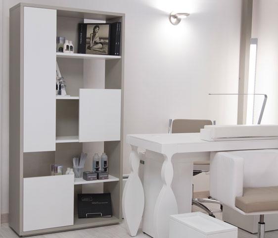 Tavolo da lavoro per manicure e ricostruzione unghie con for Arredamento per estetica